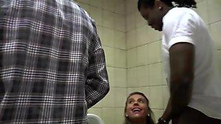Rijpe dame geneukt door 2 mannen op het toilet!